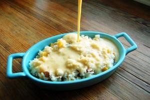 Wylewamy masę na ułożony wcześniej w naczyniu żaroodpornym ryż z owocami.