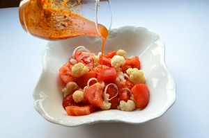 Sałatka z pomidora i kalafiora z sosem pesto