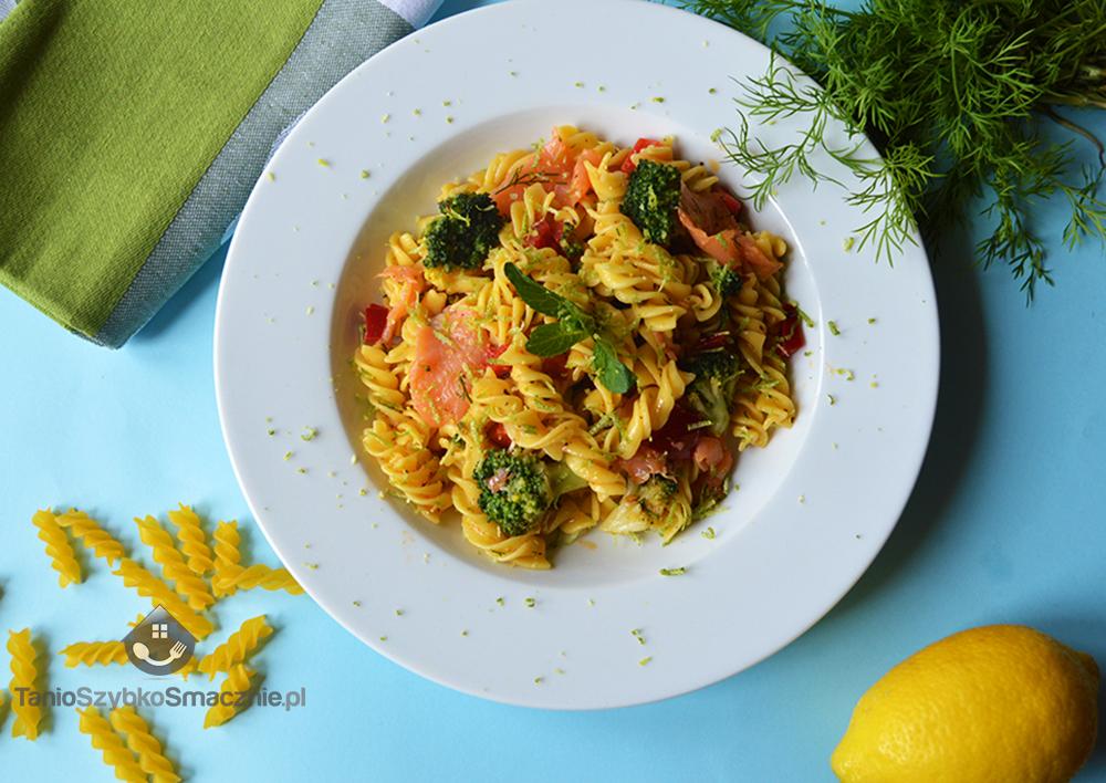 Sałatka z makaronu, brokułów i łososia_04a
