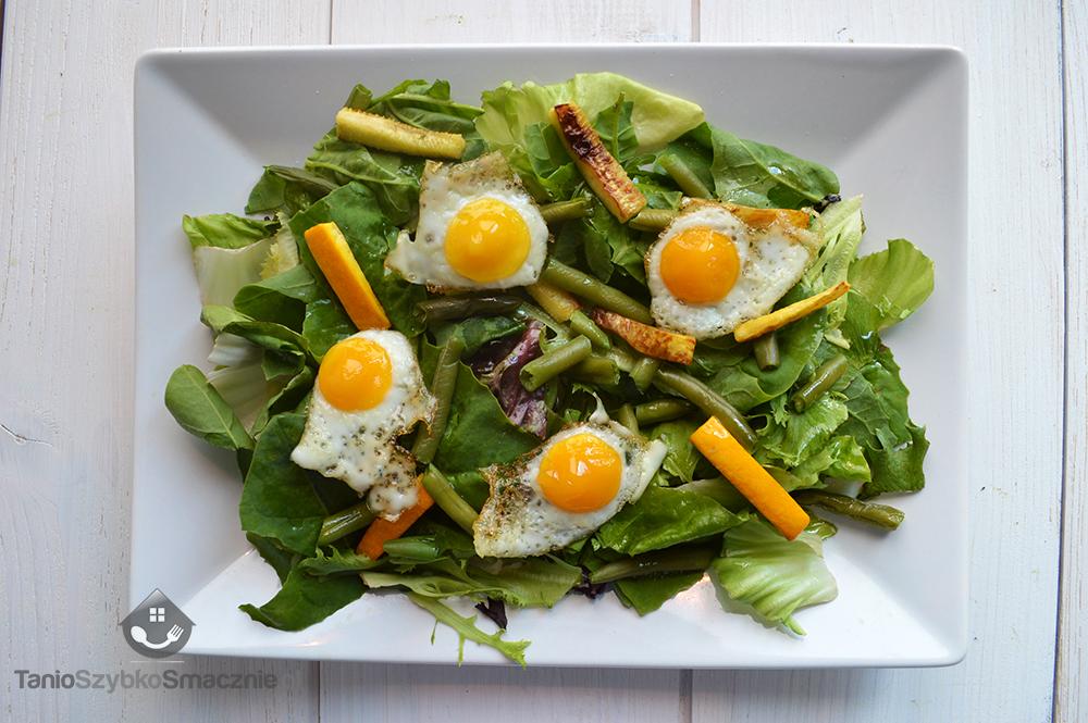 Sałatka ze szpinakiem, fasolką szparagową, grilowaną cukinią i jajkami przepiórek_04a