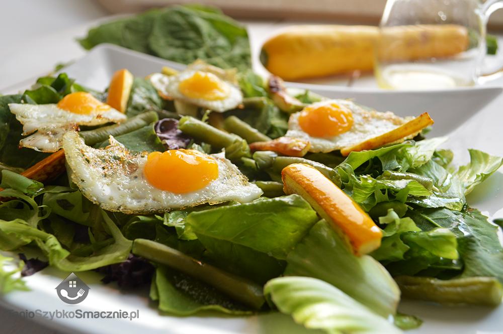 Sałatka ze szpinakiem, fasolką szparagową, grilowaną cukinią i jajkami przepiórek_05a