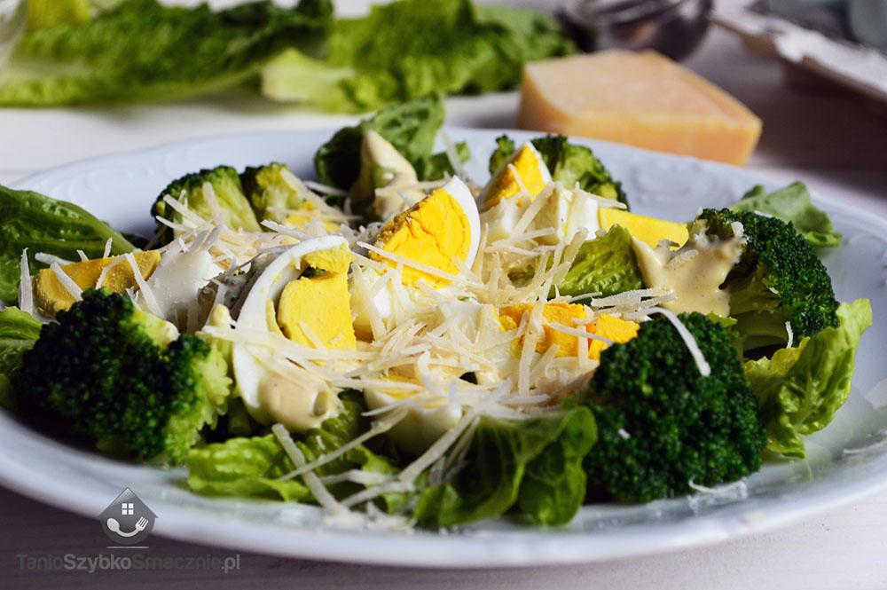 Zielona sałatka z brokułem i jajkiem_02a