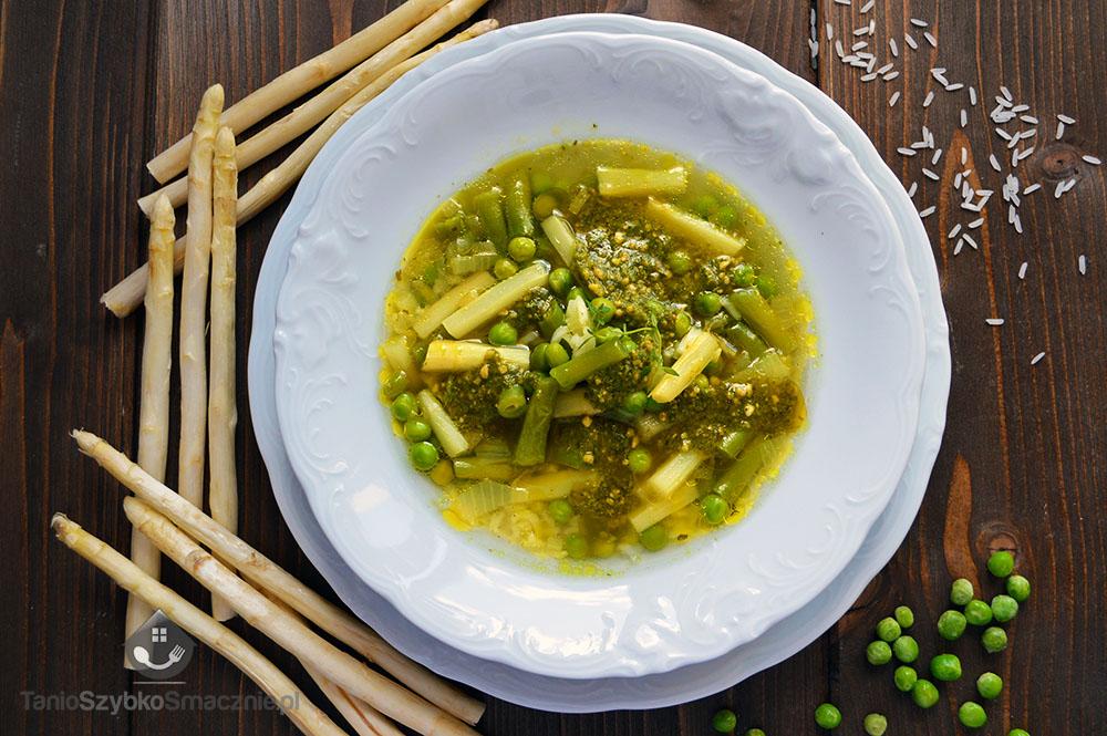 Zupa z białymi szparagami, fasolką, groszkiem i pesto_04a