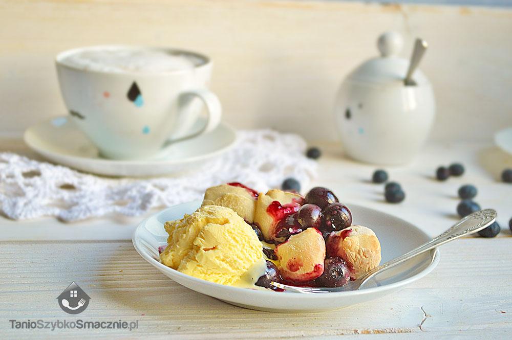 Deser z ciasta drożdżowego, borówek amerykańskich i lodów